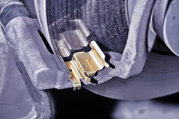 ロードスター:ブレーキパッドフィッティング金具交換